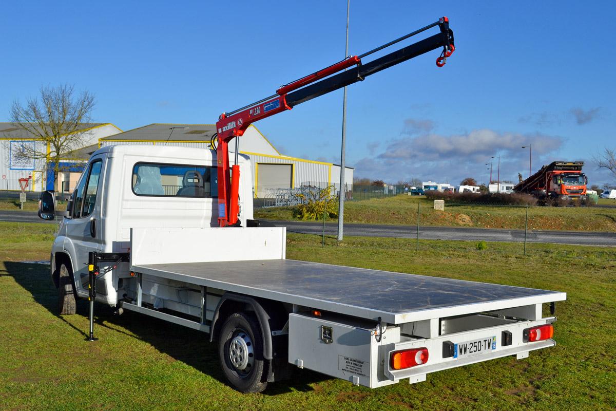 camion plateau avec grue l vateur carrosserie roy vincelot. Black Bedroom Furniture Sets. Home Design Ideas